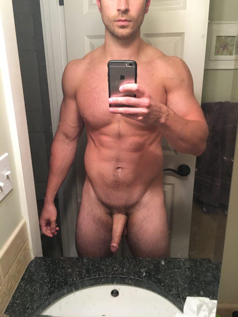 selfie belle bite salle de bain