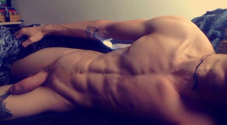 Homme nu au corps parfait