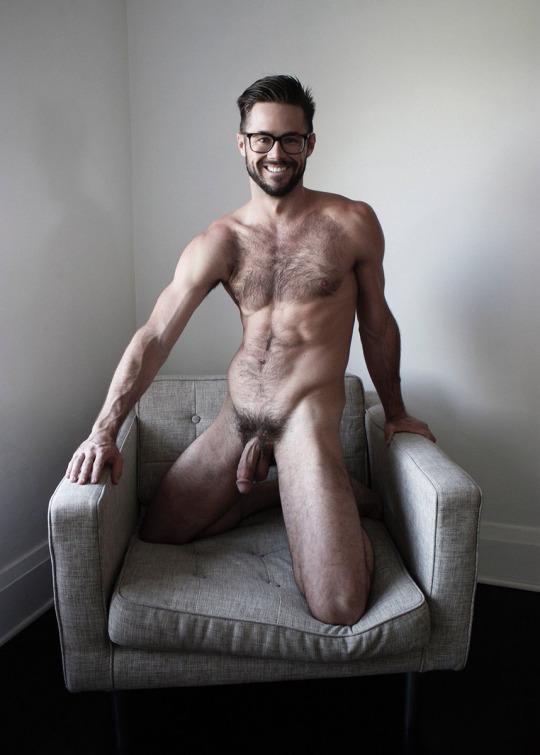 Mike De Marko nu sur un fauteuil